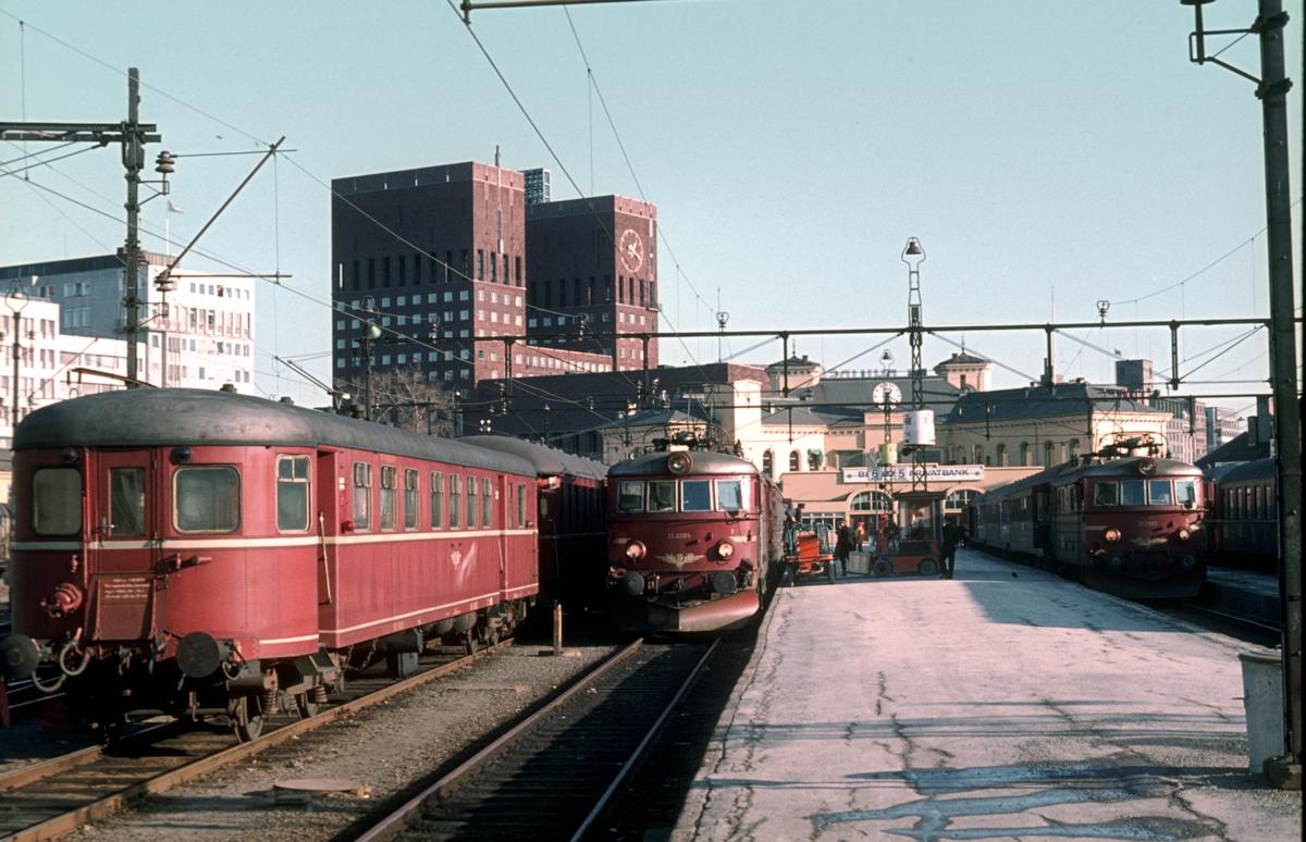 Oslo Vestbanestasjon med styrevogn BFS 86, og lokomotiver type El 11 med tog til Skien over Kongsberg, tog 501, og Vestfoldbanen, tog 807.
