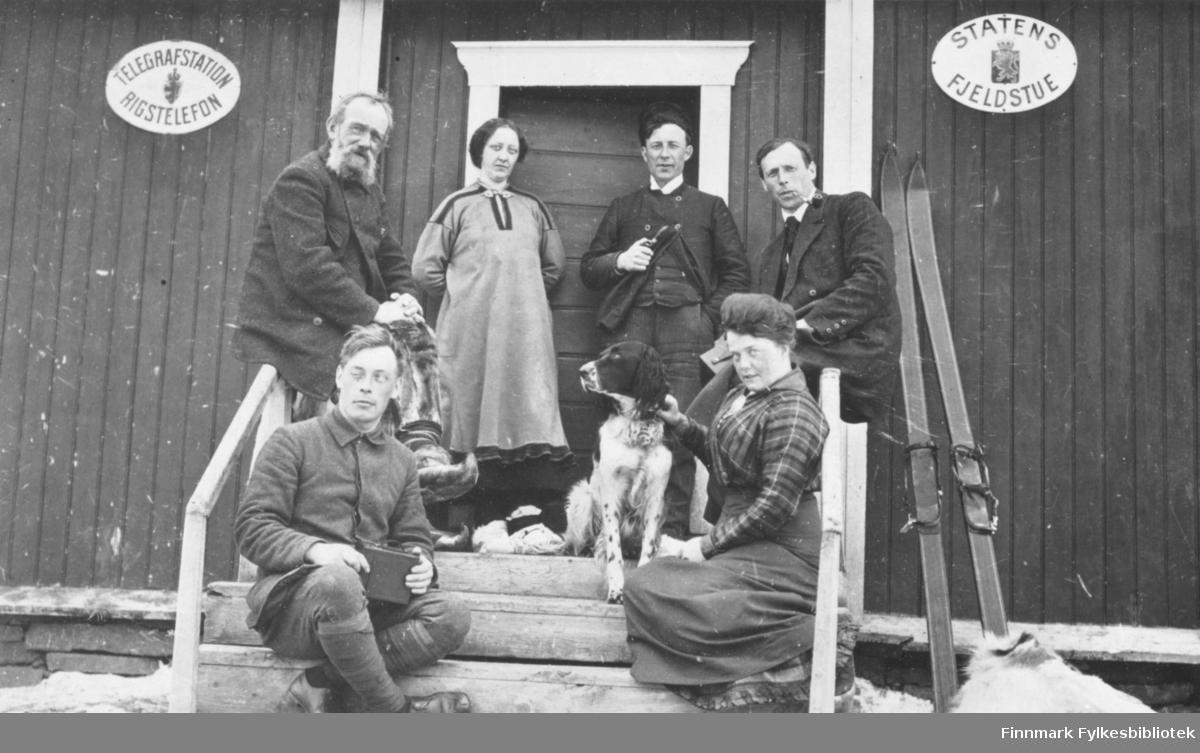 På trappa til Levajok fjellstue, skjærtorsdag i 1916. Til venstre foran: Hans Gabrielsen. Kvinnen med hund er Signe Solem