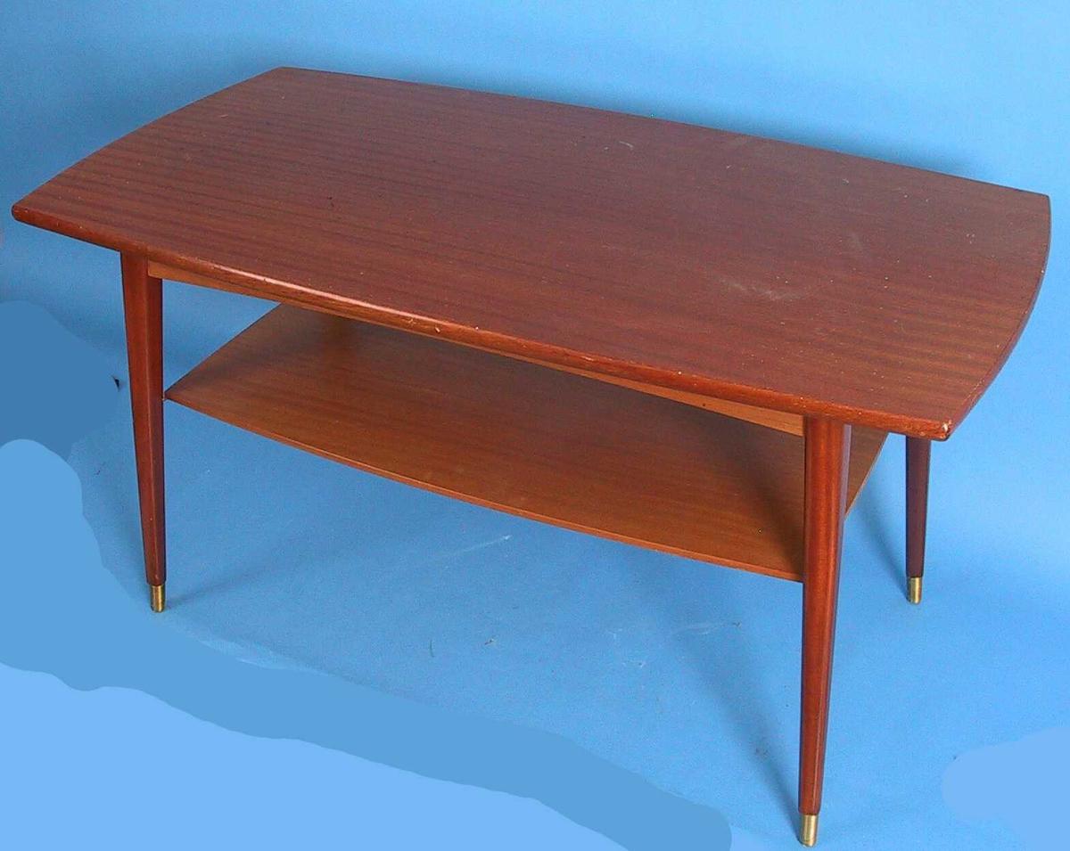 Form: Buet, avrundet bordkant.