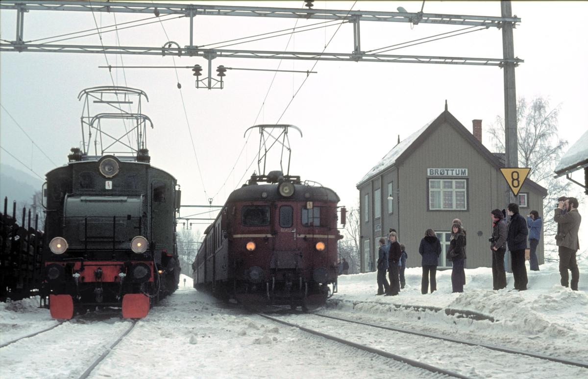Hurtigtog til Lillehammer med motorvogn type BM68A kjører forbi veterantog med El 1 for Norsk Jernbaneklubb.