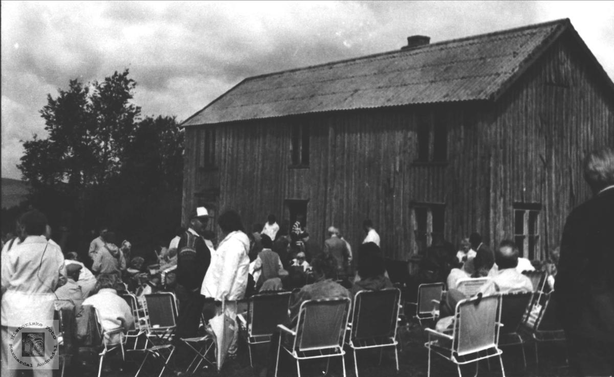 Folkeliv under auksjon på Viblemo, Konsmo.