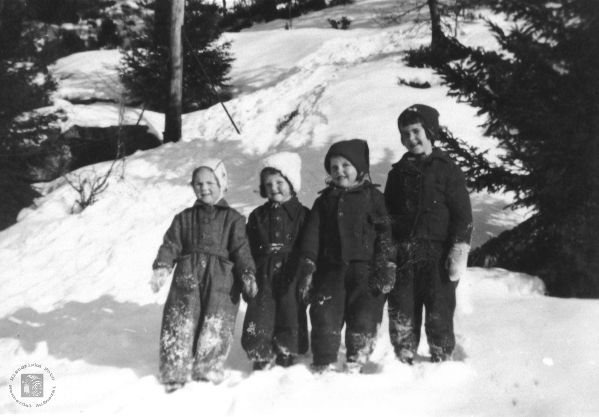 Småjenter i snø