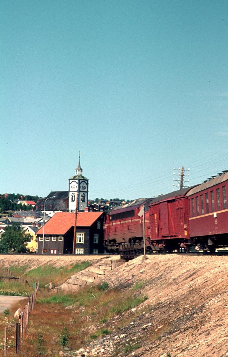 Dagtoget på Rørosbanen, Ht 301, kjører inn mot Røros stasjon.