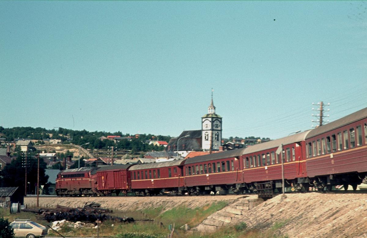 Dagtoget på Rørosbanen, Ht 301, kjører inn på Røros stasjon.