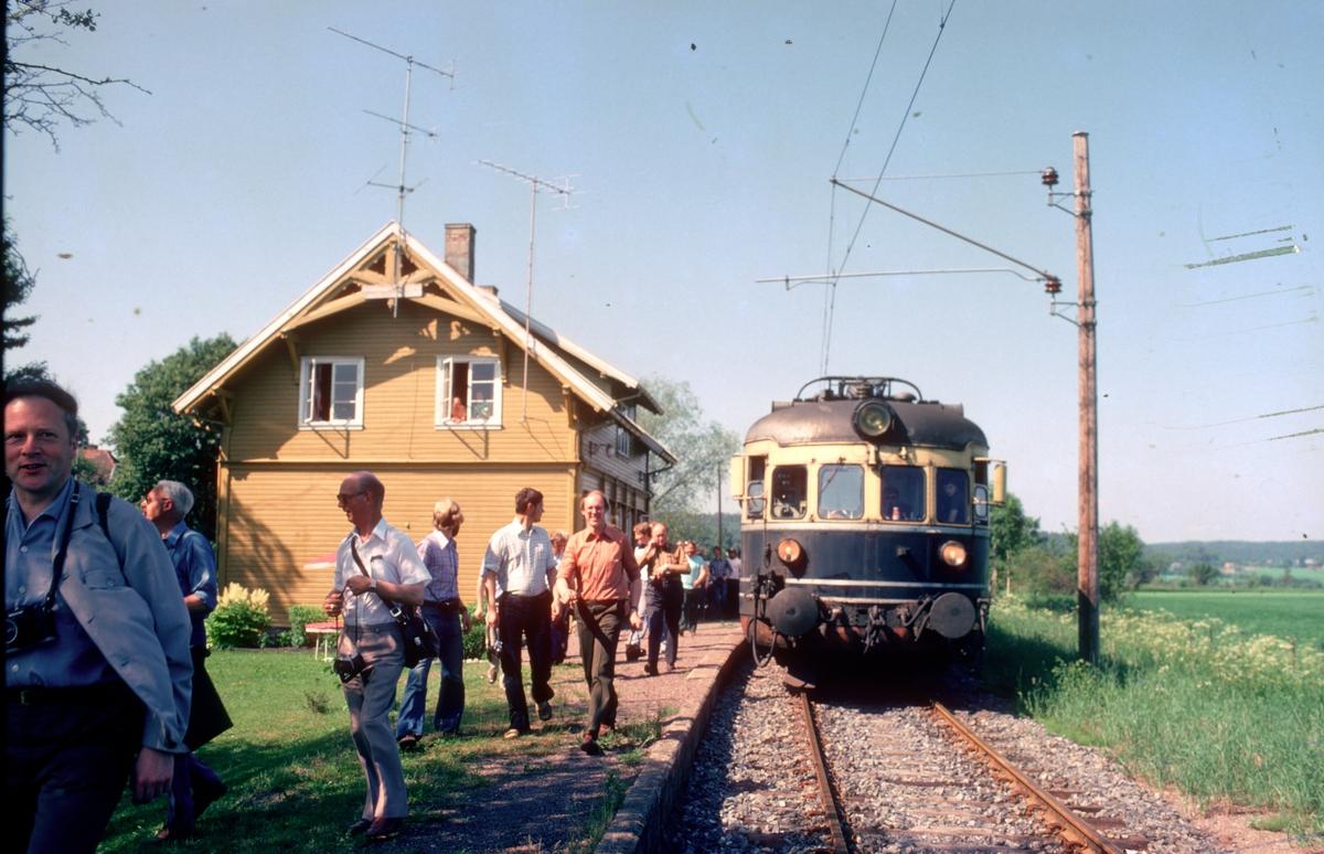 """""""Farvel til type 66"""". Ekstratog for Norsk Jernbaneklubb med ekspresstogsett type 66, motorvogn BM 66 01, mellomvogn B66 og styrevogn BS66 63. Turen gikk Oslo V - Horten - Brevik - Skien - Kongsberg - Oslo V, og ble kjørt noen dager etter at togsettene var tatt ut av trafikk."""