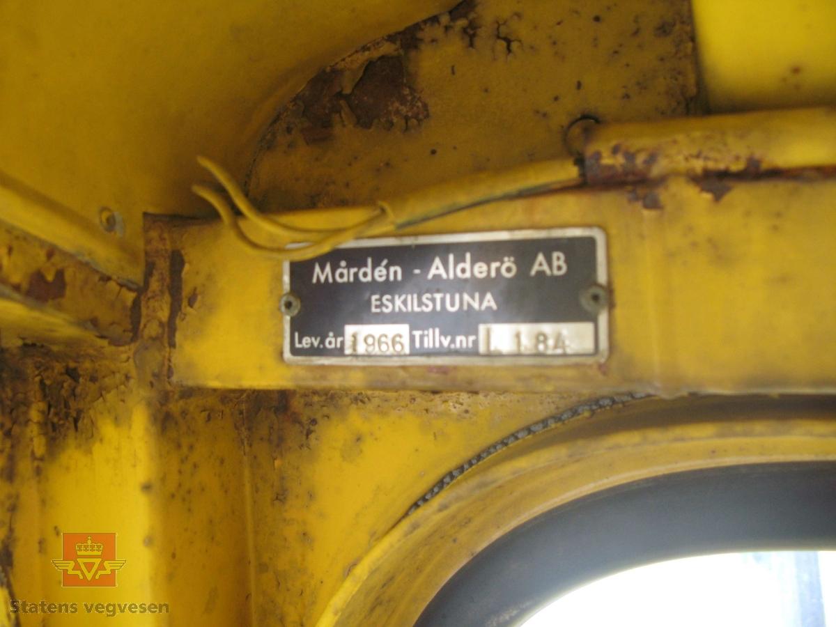 Gul dumper med dumperkasse. 2-akslet, (4 hjul). Bygd med midjestyring, (leddstyrt), også kalt rammestyrt. Den fremre delen er mye lik en traktor utenom framakslingen. Firehjulsdrift. Merket fra produsent og bruker. Noe defekt. Maskina har en firetakts 3-sylindret dieseldrevet motor av typen 1113 A, motoren yter 65 Hk SAE ved 2000 omdr./min. Maskina har en tjenestevekt på 8 tonn og en lastekapasitet på 10 tonn.