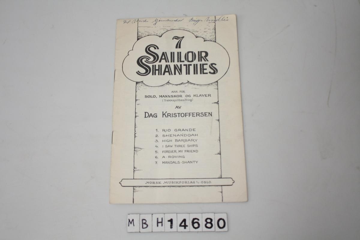 """3 stik like hefter: """"7 Sailor Shanties"""" 12 sider. 2 av heftene er ikke stiftet sammen. Noter og tekst på shanties-sanger."""