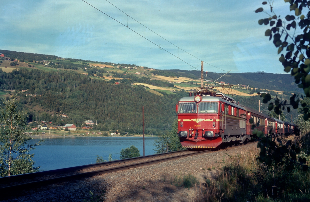 NSBs ekspresstog Dovreekspressen, Et 43 Oslo Ø - Trondheim, jager nordover fra Øyer stasjon med elektrisk lokomotiv El 14 2180 og vogner type 3.