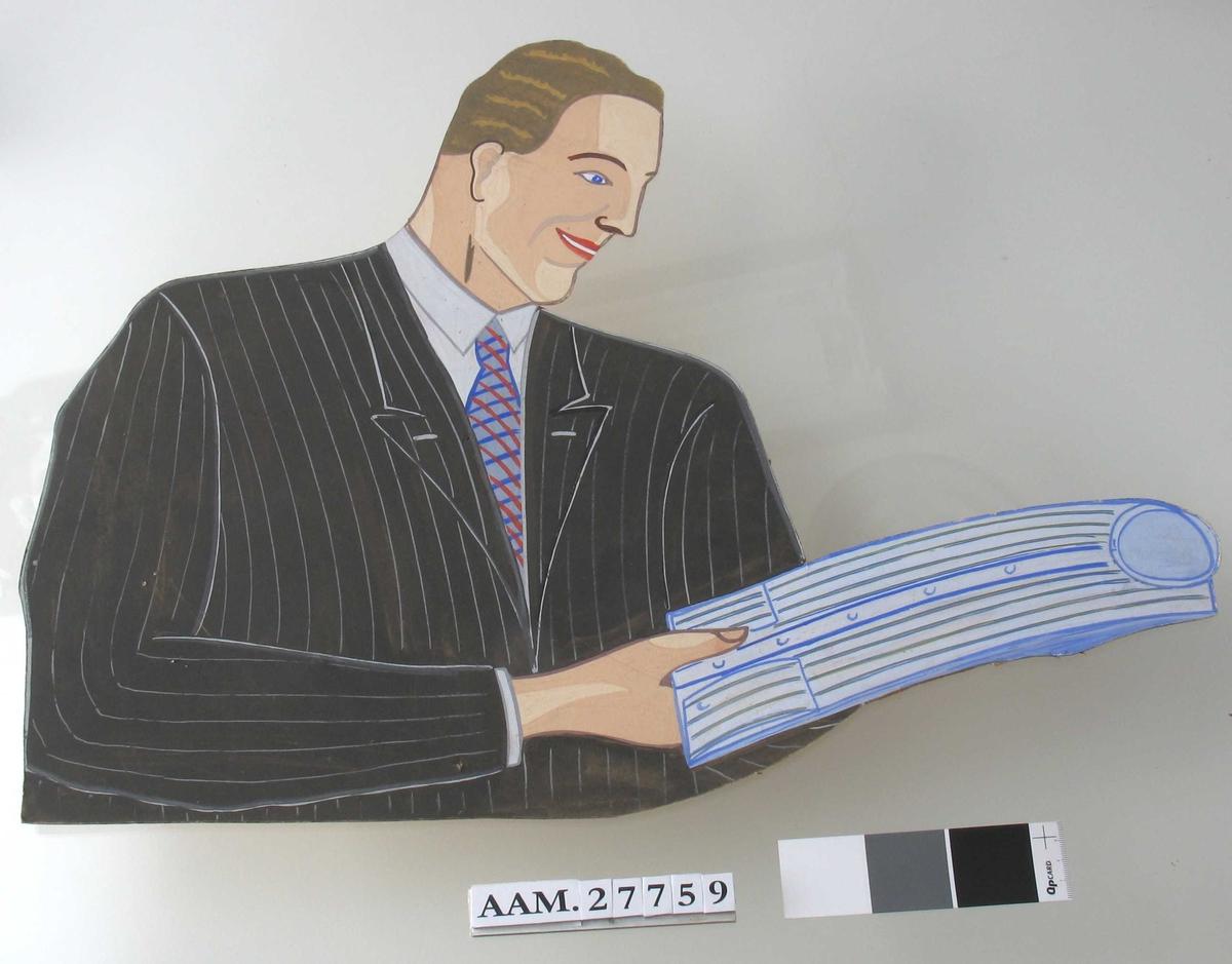 En herre, i jakke og slips, holder en ny skjorte i hendene.