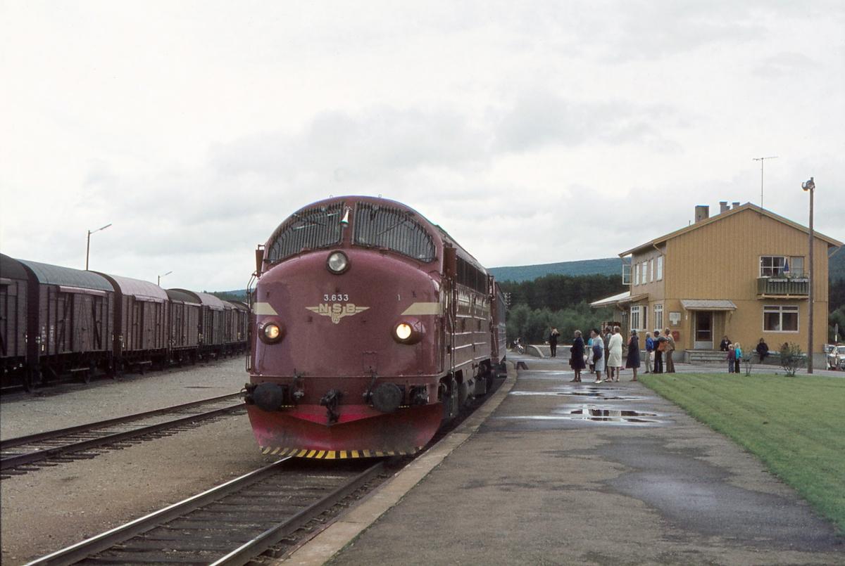 Os stasjon, Os i Østerdalen. Rørosbanens dagtog, tog 302 (Trondheim - Oslo Ø) stopper på stasjonen. NSB dieselelektrisk lokomotiv Di 3 633.