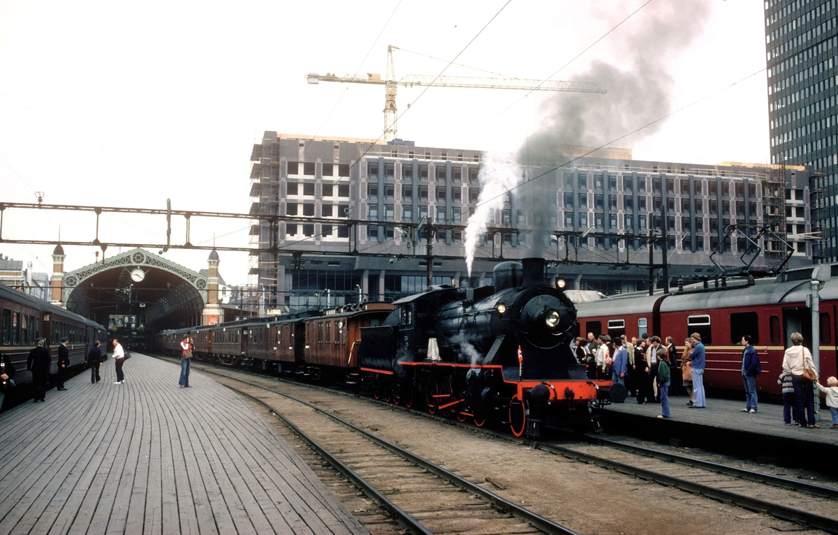 Ekstratog i anledning jernbanens 125 års jubileum, Oslo Ø - Eidsvold. Damplokomotiv 24b 236.