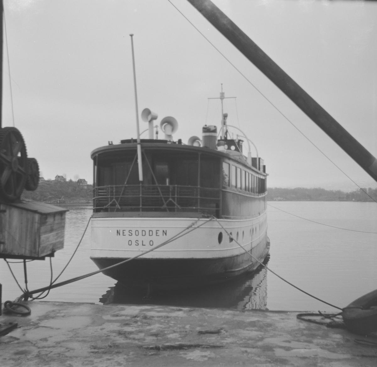 MS Nesodden i opplag ved Gressholmen. Skipet ble tatt ut av trafikk året før.