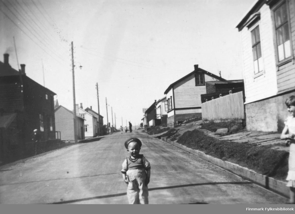 Jan Rognlid, ca 2-3 år gammel, fotografert i Nyborgveien i Vadsø ca. 1938