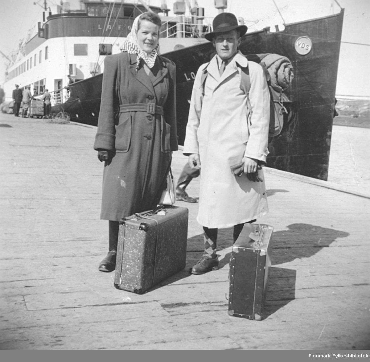Ragnhild og Fritz Ebeltoft klar for bryllupsreise 14.5.1949. De skal ombord på DS Lofoten, og venter med bagasjen på dampskipskaia.