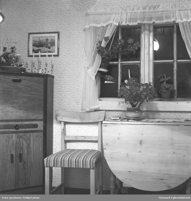Interiørbilde fra sommerhuset til Aase Randi og Fridtjof Jacobsen. Huset stod på eiendommen til Arne Nakken, Aases far