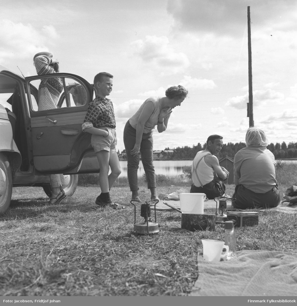 Familien Jensen og familien Jacobsen tar seg en rast. Fra ferietur i Nord-Sverige sommeren 1960. Fra venstre: Randi Ingun Jensen, Trond Jensen, Gyda Jensen, Aksel Jensen og Aase Randi Jacobsen
