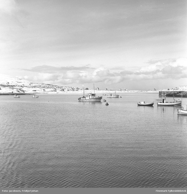 Motiv fra havneområdet i Hasvik på Sørøya. Flyplassen ligger i dag litt til høyre for midten av bildet