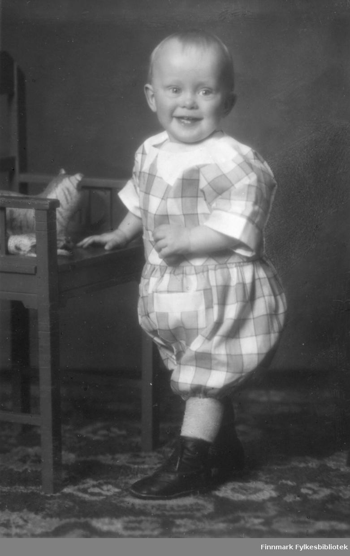 Portrett av Finn Jacobsen fra Bergen. På bildet er han ca. to eller tre år gammel. Sønn av August Magnus Jacobsen og Solveig J Jacobsen. På stolen foran gutten er det et lekedyr