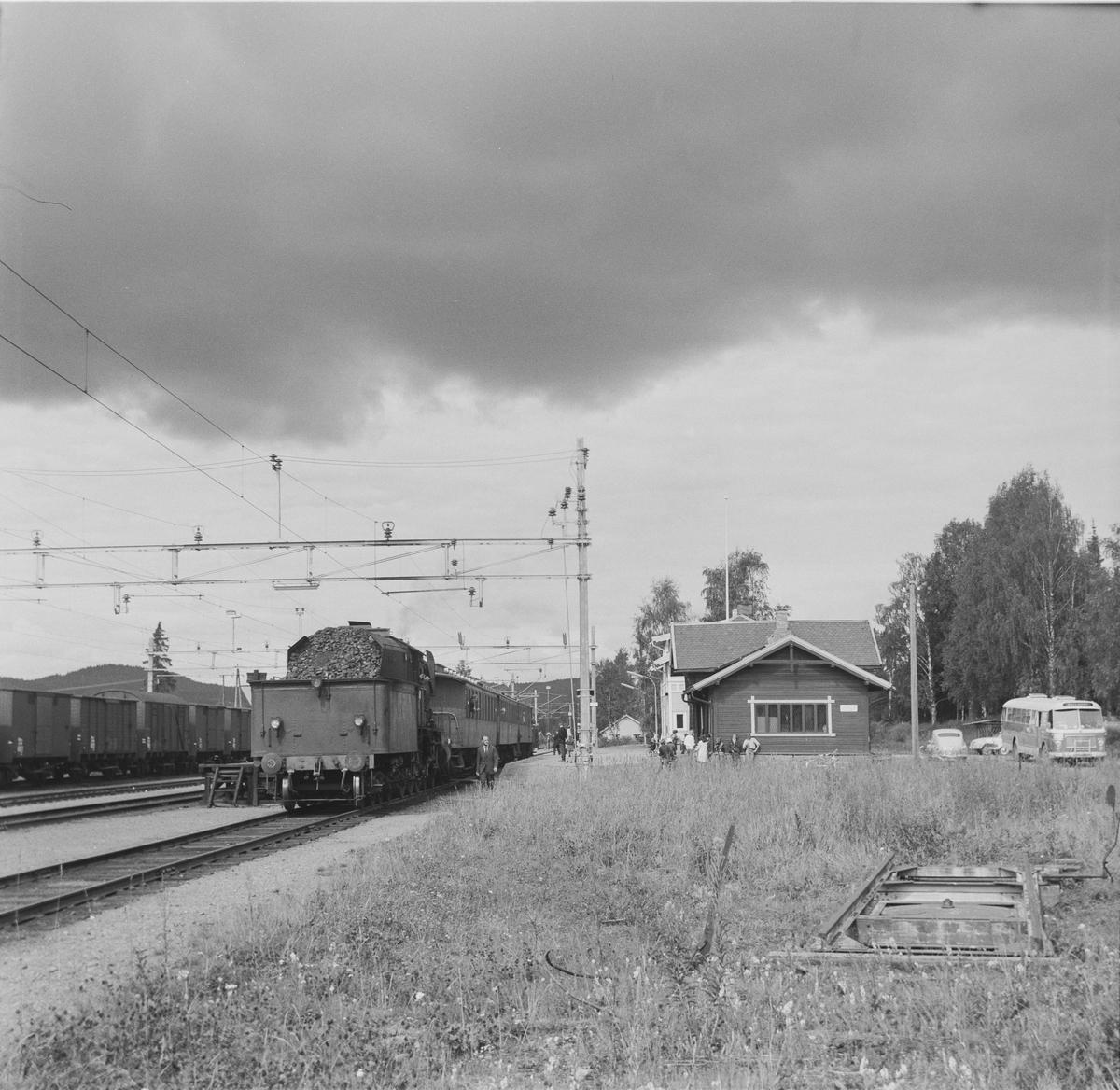 A/L Hølandsbanens veterantog fra Eina til Skreia står på Reinsvoll stasjon.