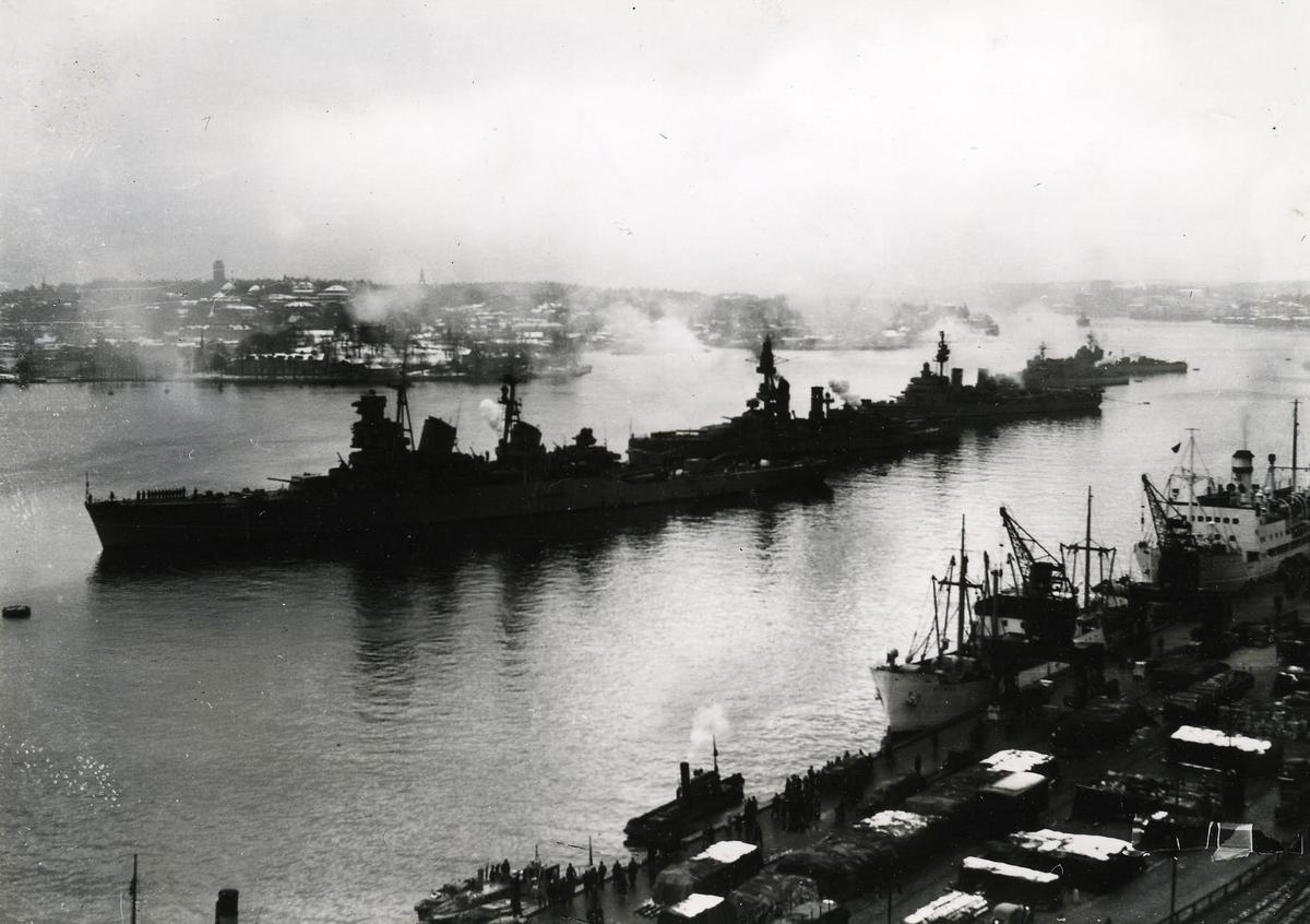 Kustflottan på strömmen troligen 1948 eller 1949. Kryssaren Tre Kronor, pansarskeppet Drottning Victoria, kryssaren Gotland samt jagarna Öland och Uppland.