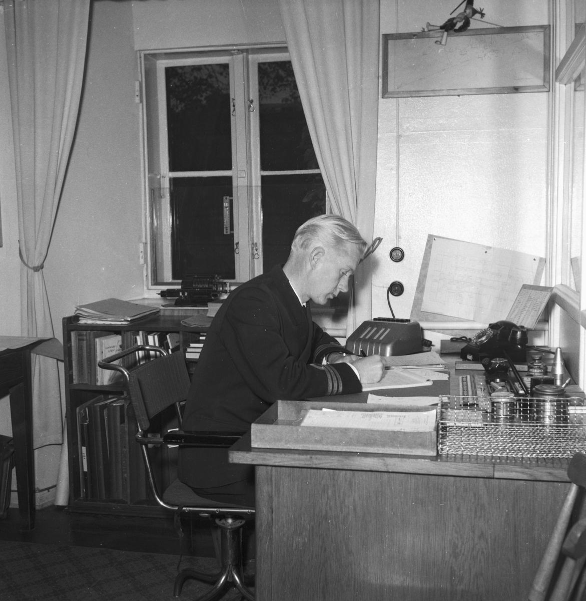 Övrigt: Foto datum: 16/10 1953 Byggnader och kranar Art sekt personal interiör