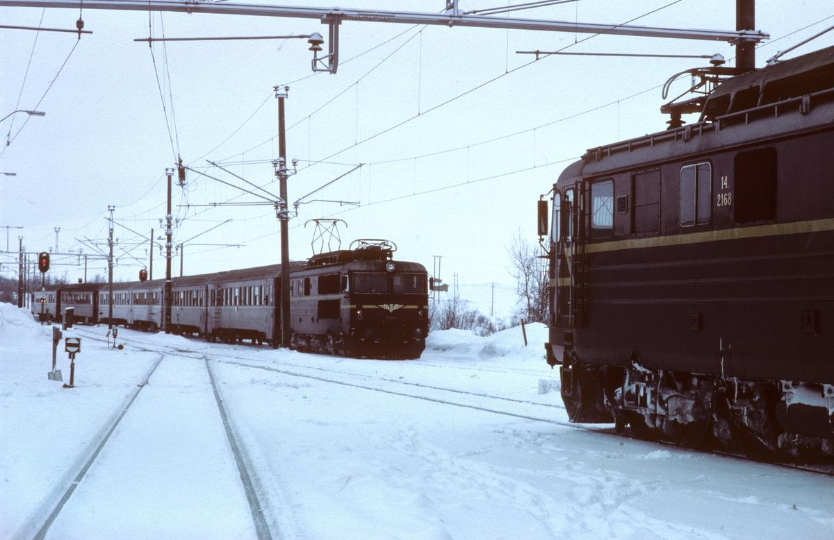 Kryssing i Hjerkinn stasjon mellom kistog til Trondheim og ekspresstog 42 til Oslo. Fra Folldal gruver, Tverrfjellet gruve, gikk det kis til utskiping fra Ilsvika i Trondheim og til Borregaard i Sarpsborg.
