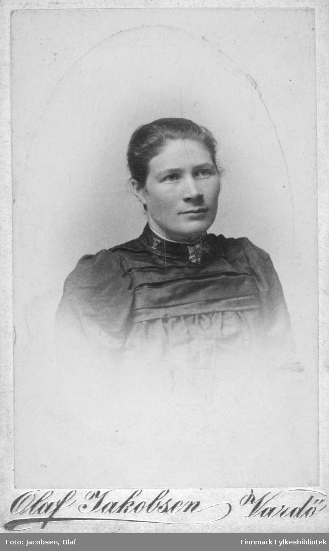 Portrett av en ung kvinne mørk overdel.  Albumet med bildet kommer fra Ekkerøy, kanskje hun kommer derfra.