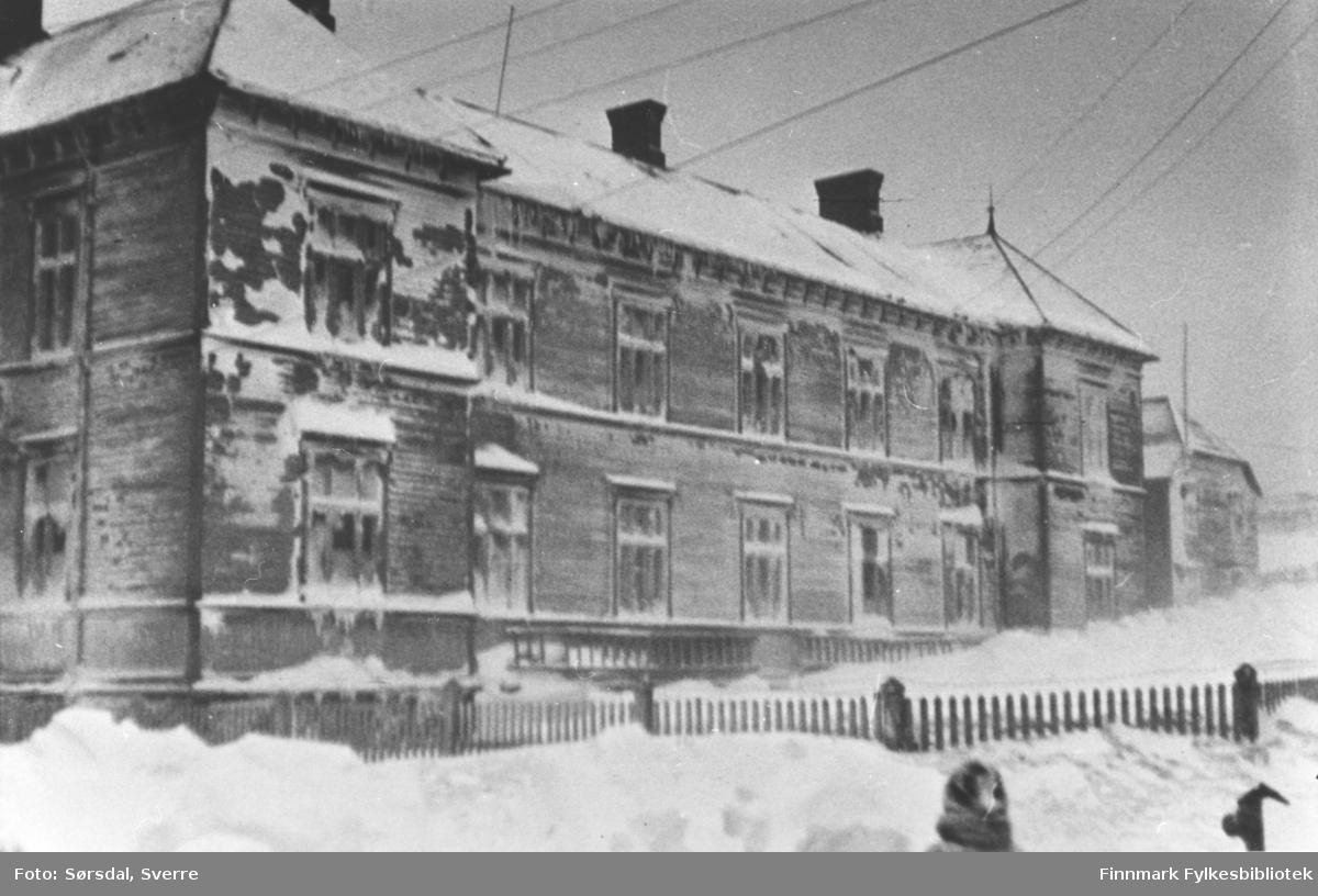 Bildet av Vardø sykehus etter snestorm 1936.