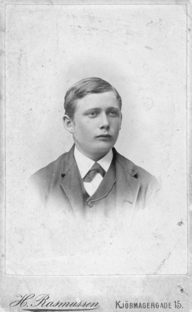 Portrett av ung mann. Han har på seg en jakke. Håret er greid til siden. Ingen flere opplysninger. Bildet tatt mellom 1880 og begynnelsen av 1900-tallet.