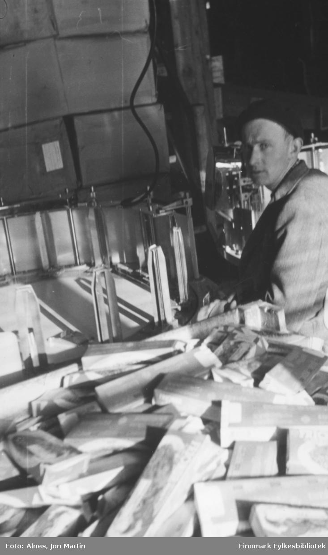 Formann Jan Ingebrigtsen på Njords filetfabrikk i Øksfjord, 1953