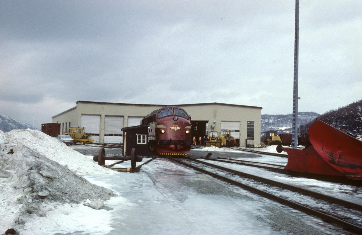 Lokomotivstall og svingskive i Mosjøen. NSBs dieselelektriske lokomotiv Di 3 603 på svingskiven.