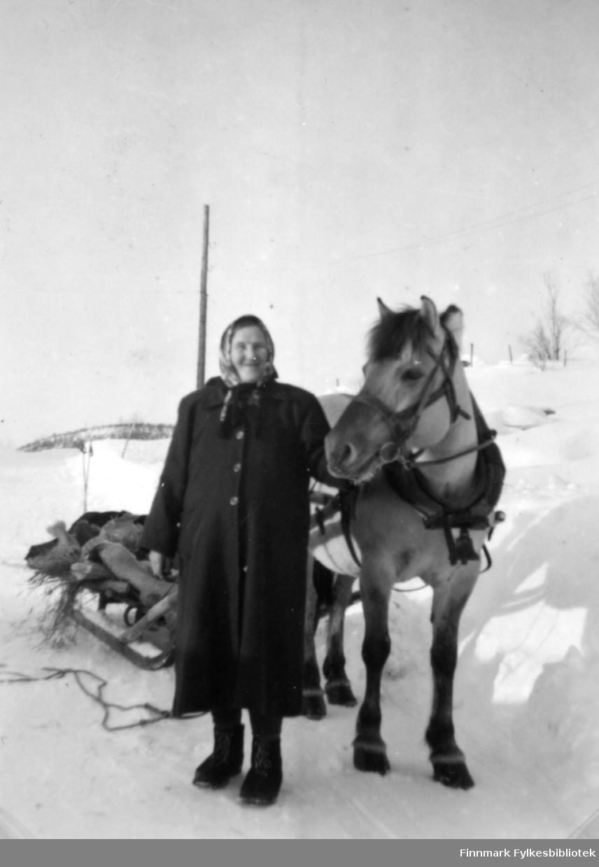 Jenny Randa med hesten Lina fotografert i 1954.