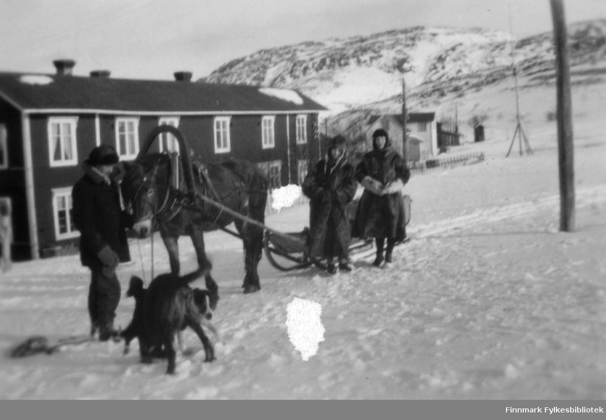 Reisefølget Sverre Joki, Solveig Evanger og Dagny Nordahl med hest og slede foran familien Gunnaris hus i Bugøyfjord, påsken 1932.