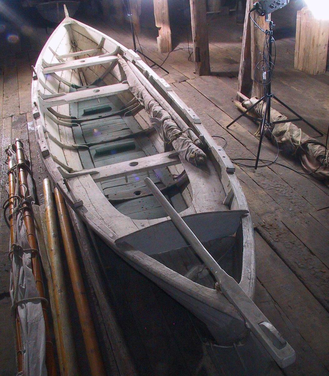 Form: Spissgattet/4 tofter og rorbenk/4 par tolleganger/Hull for mast