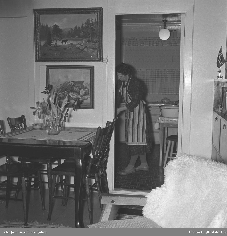 Aase Randi Jacobsen står på kjøkkenet i familiens hus i Storvannsveien.
