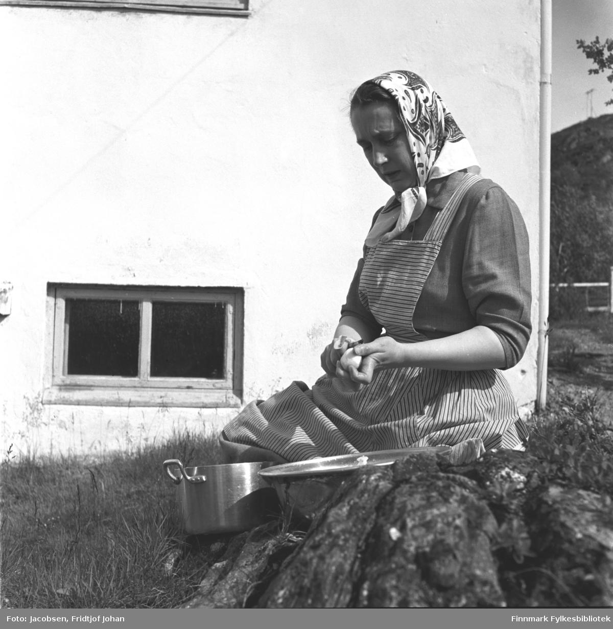 Aase Randi Jacobsen sitter utenfor foreldrenes hus og skreller poteter.