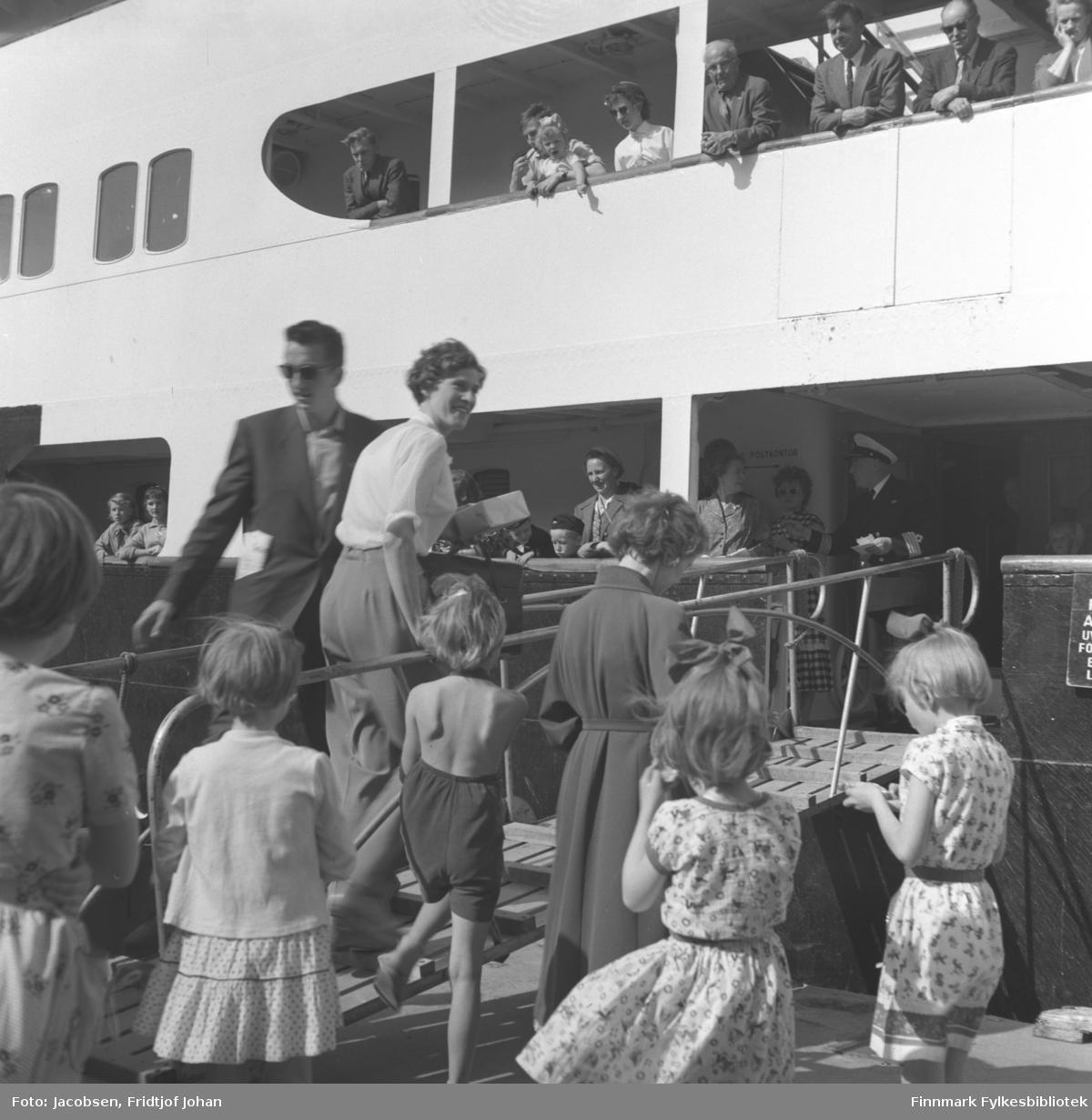 Hurtigruta ligger ved Dampskipskaia i Hammerfest. Mye folk ombord og på kaia.