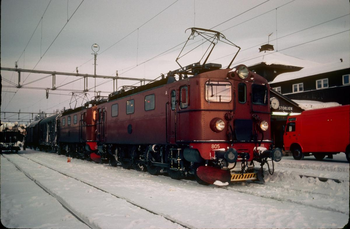 SJ godstog med to lokomotiver type Da i fellesstyring på Storlien stasjon. SJ Da 805.