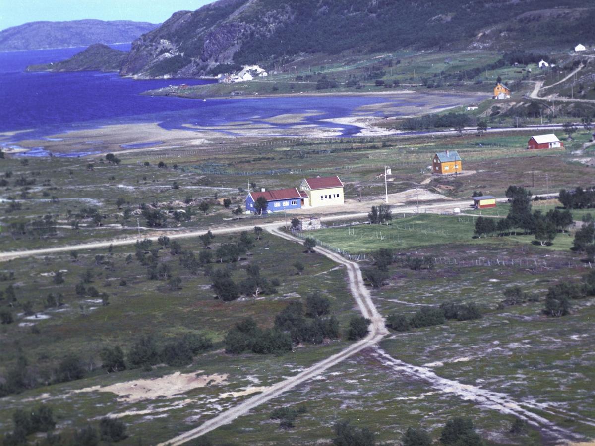 Flyfoto fra Kunes. Negativ nr. 122655.     Fargekopi finnes i arkivet.