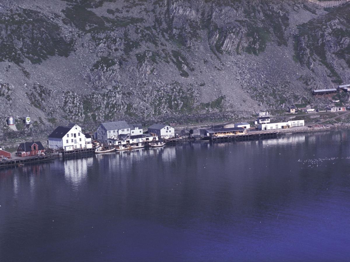 Flyfoto fra Kjøllefjord. Negativ nr. 122730. Brødrene Aarsether Kjøllefjord.