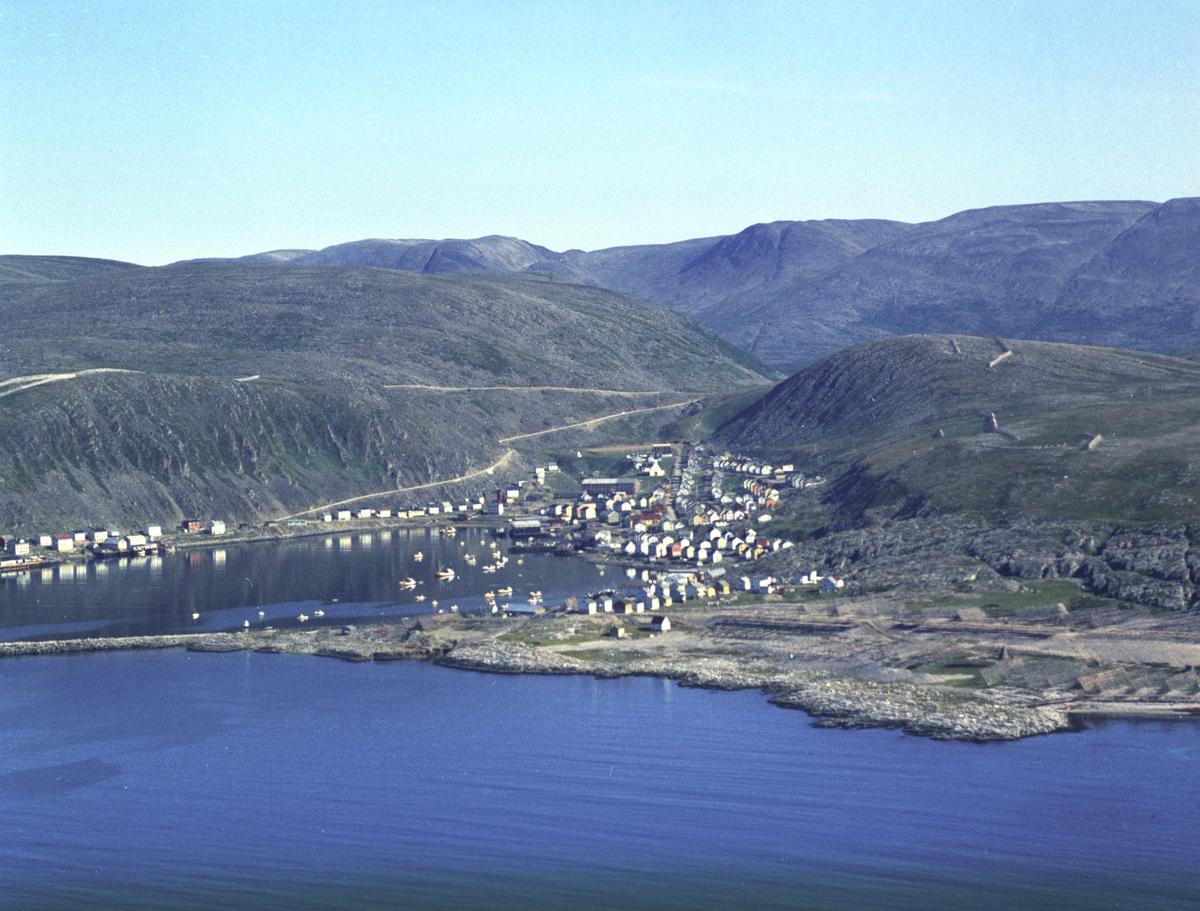 Flyfoto fra Kjøllefjord. Negativ nr. 122750.