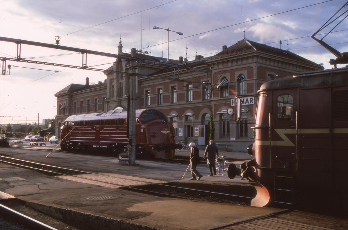 Hamar stasjon. Tog til Lillehammer i forgrunnen. Di 3 643 i bakgrunnen har ankommet med Ht 302 fra Trondheim over Rørosbanen.