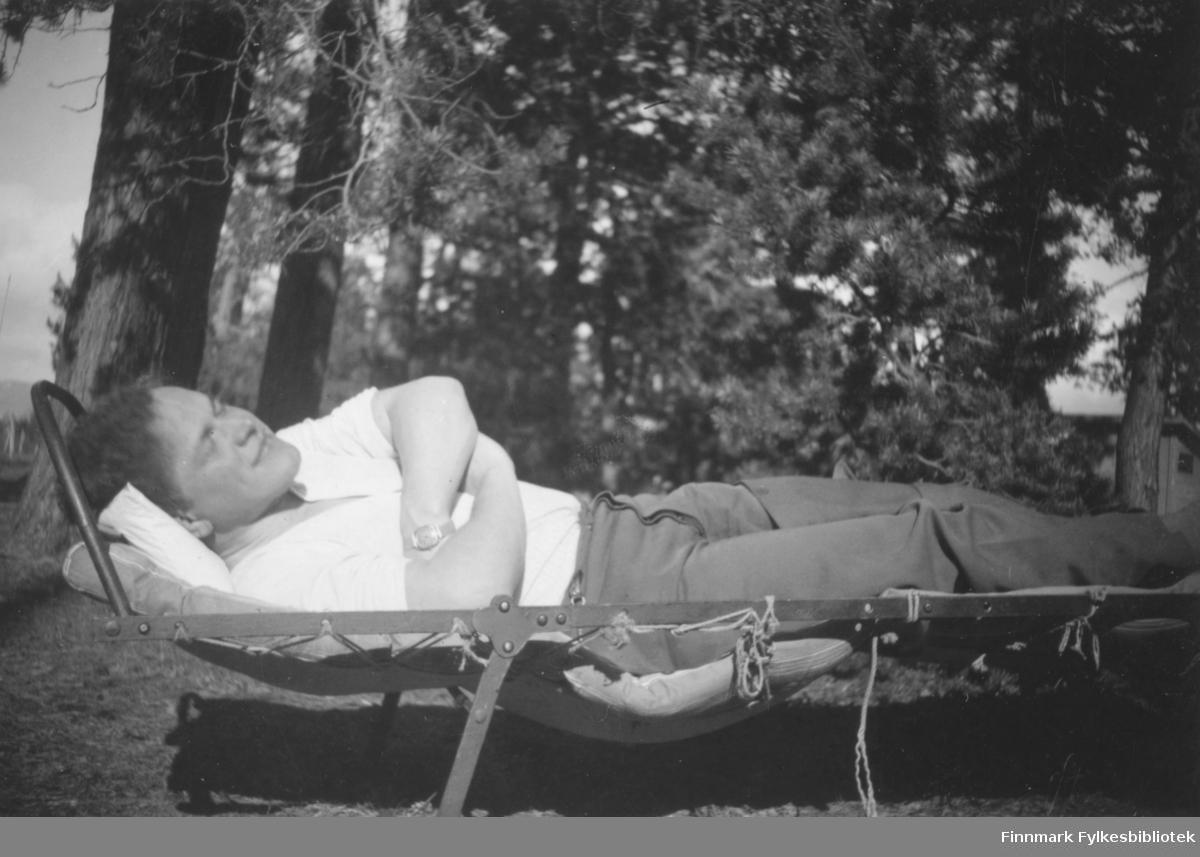 Doktor Myhre hviler middag på Altagård, 1938