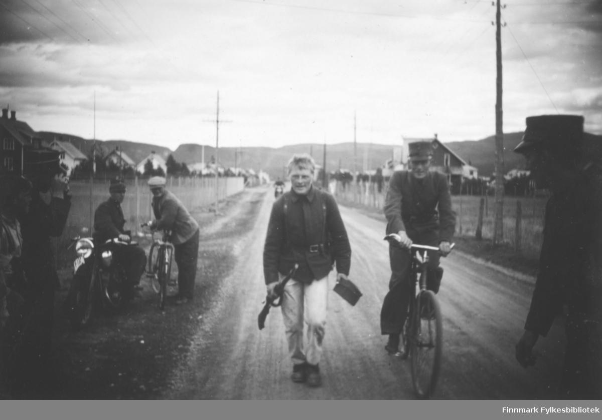 Soldat Simon Wars går til marsjmerket på Altagård i 1939
