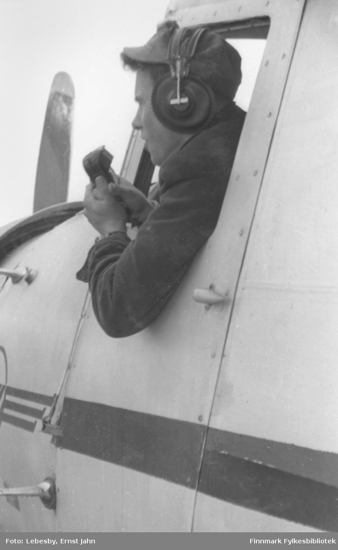 Fotoserie fra fisketur med sjøfly til det avsidesliggende Peskvannet. Ole Gustav Øverdahl rapporterer til Lebesby Radio, som de skulle kalle opp til bestemte tider. Flyet var nemlig også både rutefly og ambulansefly. Foto: Ernst Lebesby.