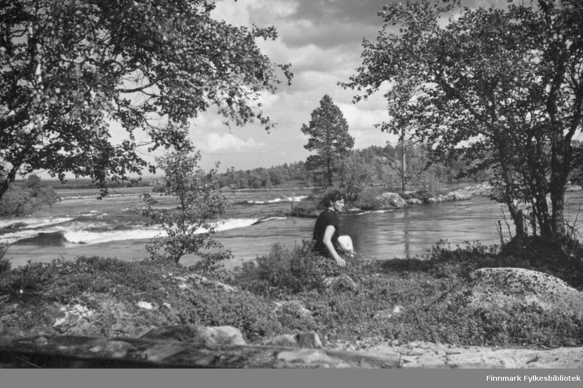 Bildet er tatt i Skogfoss, Pasvik. Kvinnen på bildet er ukjent. Bildet er fra Nord-Norges Turisttrafikk-forbund, Harstad. Bildet er tatt av Chr. B. Heimbeck.