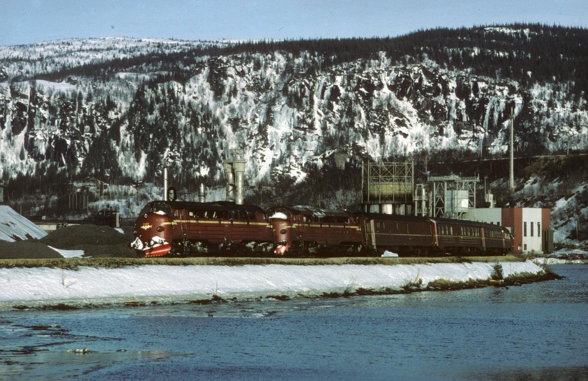 Sørgående dagtog, hurtigtog 452, på vei inn til Mo i Rana med to lokomotiver type Di 3 i fellesstyring. I bakgrunnen sees Norsk Koksverk A/S.