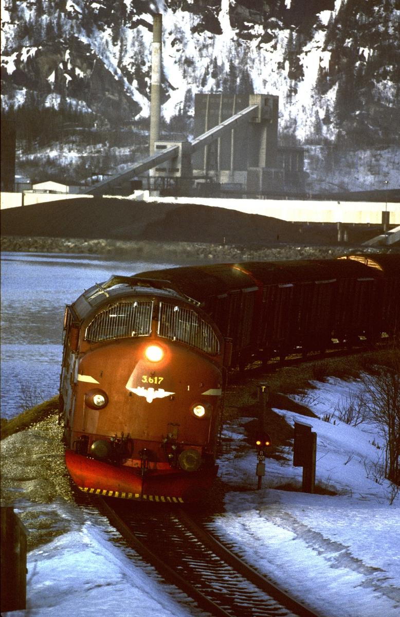 Godstog 5792 kjører inn til Mo i Rana. I bakgrunnen Norsk Koksverk.