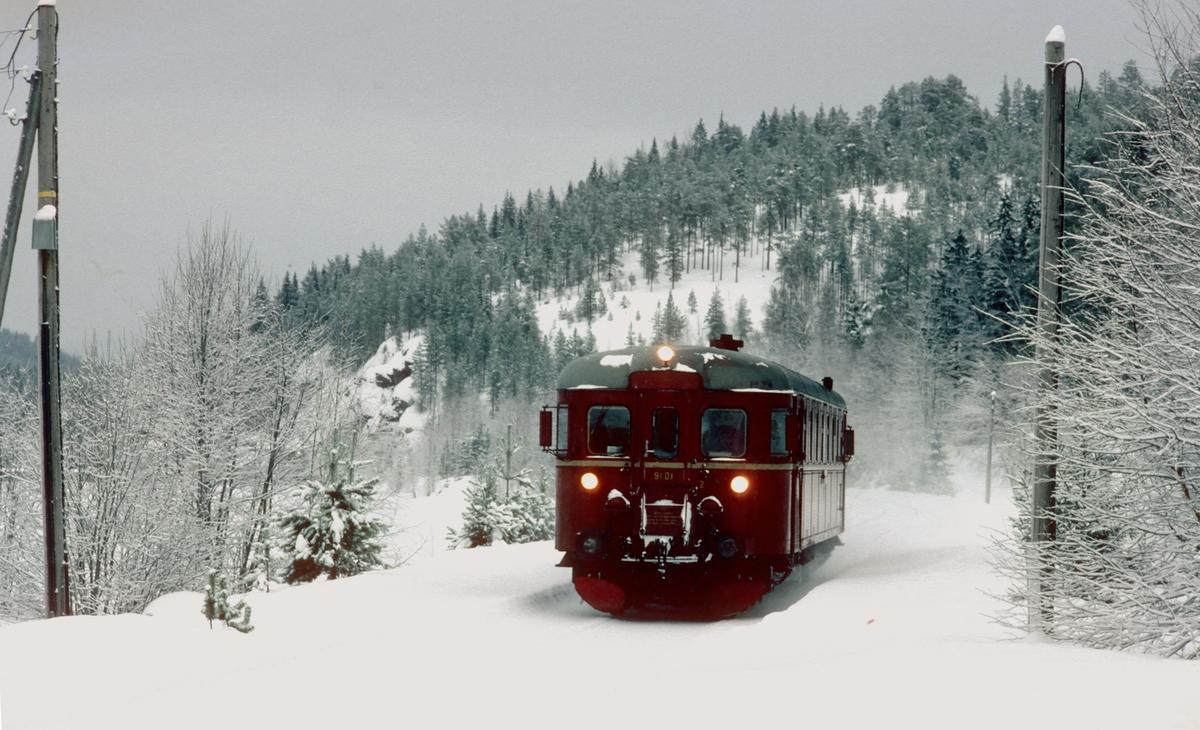 Persontog til Rødberg kjører inn til Kjerre holdeplass på Numedalsbanen en vinterdag.