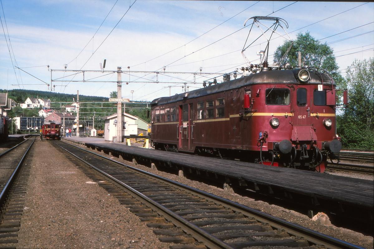 Lokaltog til Grensebanen, Kongsvinger - Magnor, med motorvogn type 65C på Kongsvinger stasjon. Persontog 1051 Oslo - Kongsvinger hadde korrespondanse videre til Hamar og til Magnor. Toget til Hamar via Elverum sees i bakgrunnen.